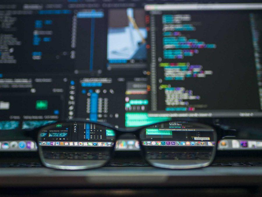Bild genom glasögon som gör datorskärm med kod tydligare